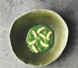 plato con guisantes y larvas